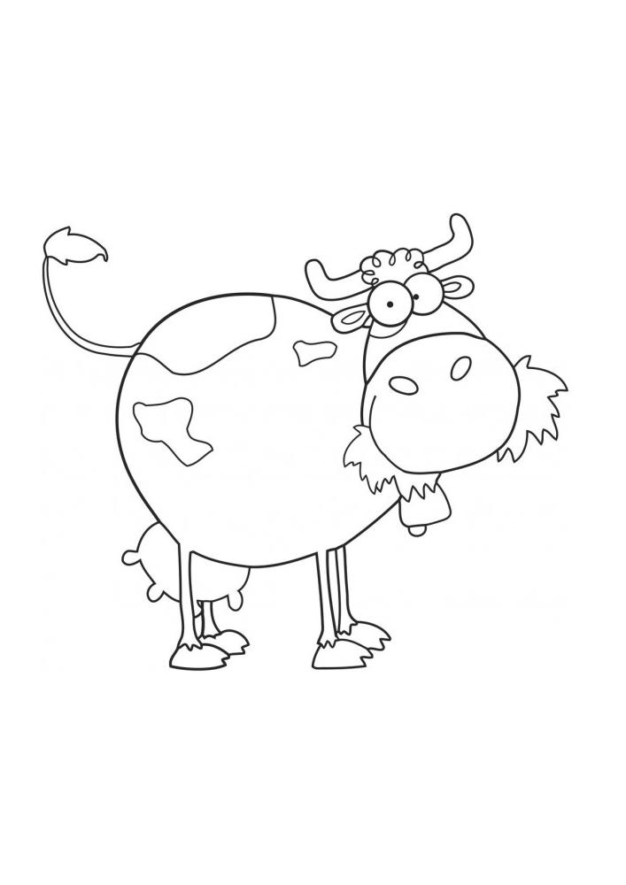 Корова жуёт траву - обычный день для этого животного