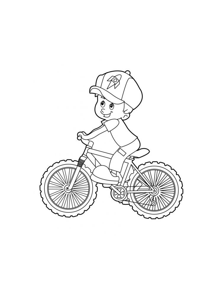 Маленький мальчик катается на велосипеде